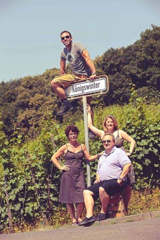 Familie Pieper, Weinberge Rhöndorf mit Ortsschild Königswinter